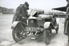 Lionel Martin zakladatel společnosti Aston-Martin-na trati Brooklands 1922.