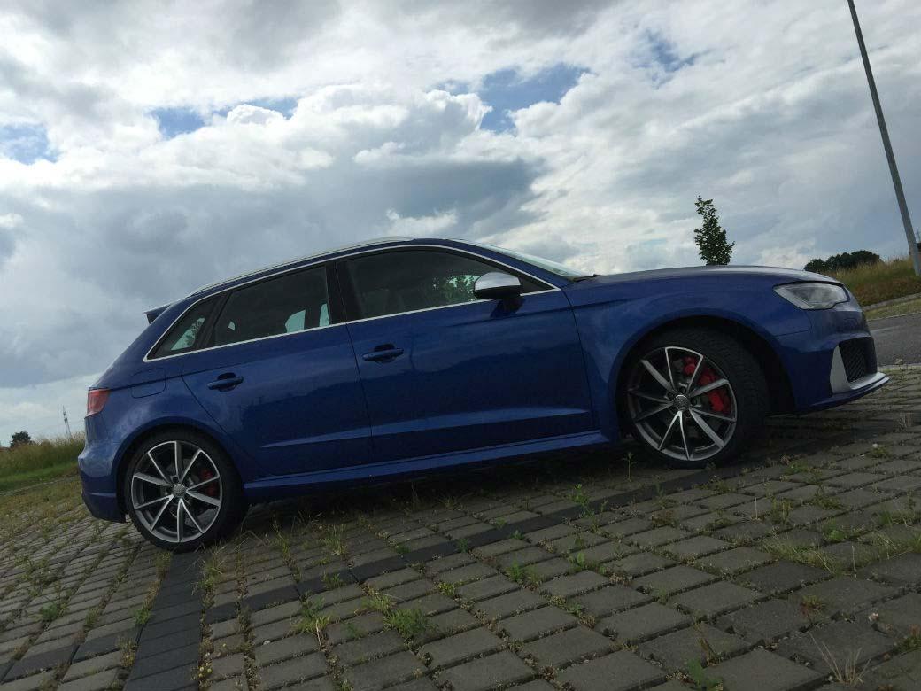 Audi RS3 modrý předek