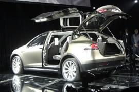 Tesla Model X s otevřenými zadními dveřmi