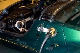 Tesla Roadster s nabíječkou